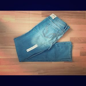 HOLISTER JEANS w/RIP ON KNEE AND POCKETS